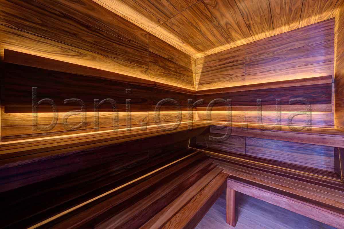 сауна, построенная с использованием шпонированной фанеры для отделки стен сауны, лавки выполненны из канадского кедра
